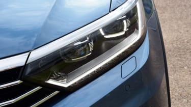 Volkswagen Passat Alltrack - passenger headlight
