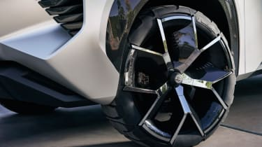 Nissan Xmotion Concept - alloy wheels and ridiculous tyres