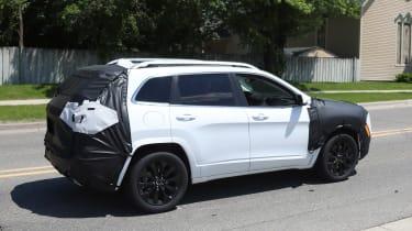 Jeep Cherokee 2018 facelift spy shots 2