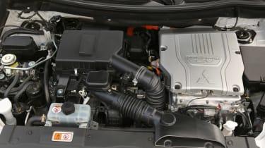 Mitsubishi Outlander PHEV - engine