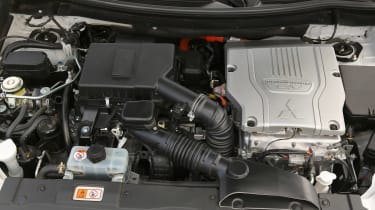 Mitsubishi Outlander PHEV - engine