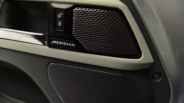 Land Rover Defender - studio stereo