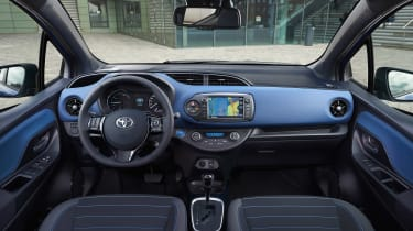 Toyota Yaris Hybrid Bi-Tone - dash