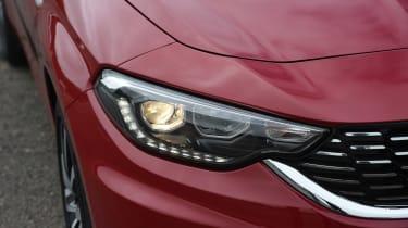 Fiat Tipo vs Skoda Rapid vs Citroen C4 - Tipo headlight