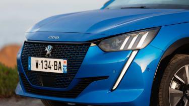 Peugeot e-208 - front lights