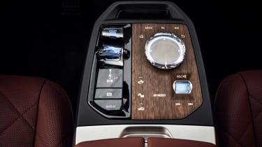 BMW iDrive 8 - wood