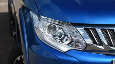 Mitsubishi L200 - front light
