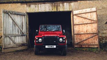 Land Rover Defender Works V8 - barn