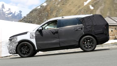 Kia Sorrento - spy shot - side tracking