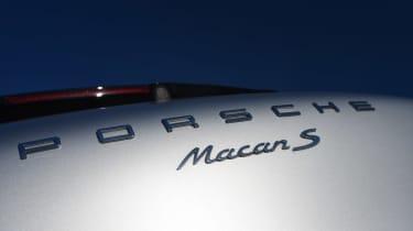 Porsche Macan vs Range Rover Evoque badge (Macan S)