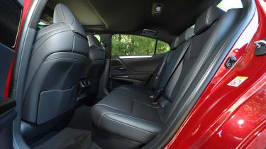 Lexus es 300h rear seats legroom