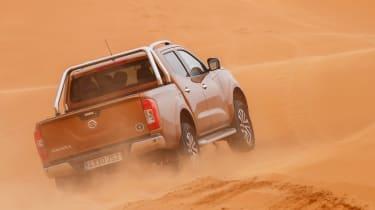 Nissan NP300 Navara pick-up dune - sand sideways