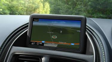 Aston Martin DB11 AMR  - navigation