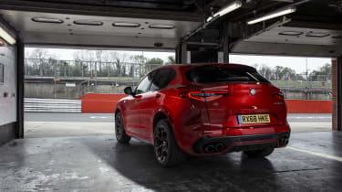 Alfa Romeo Stelvio Quadrifoglio - pit garages