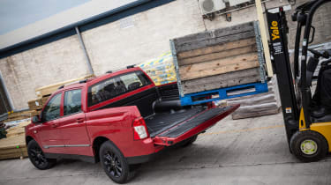 SsangYong Musso - loading