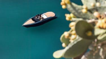 Aston Martin AM37S boat - panning