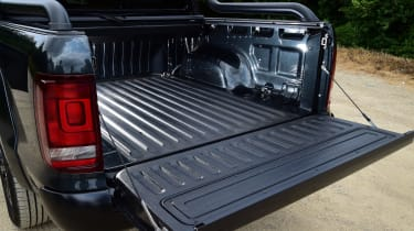 Volkswagen Amarok Dark Label - loading bay