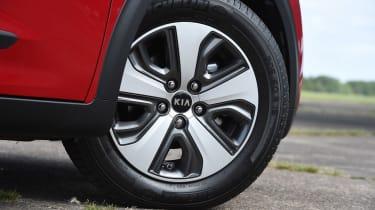 Kia Niro vs Toyota Prius - Kia Niro wheel
