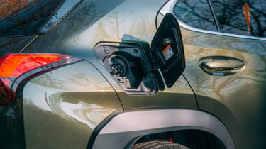 Lexus UX 300e - plug