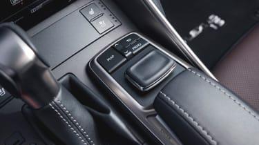 Lexus IS 2017 - centre console