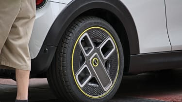 MINI electric - spy shots - wheel