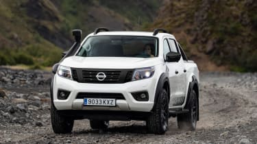 Nissan Navara Off-Roader AT-32 - front tracking