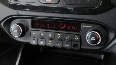 Used Kia Carens - centre console