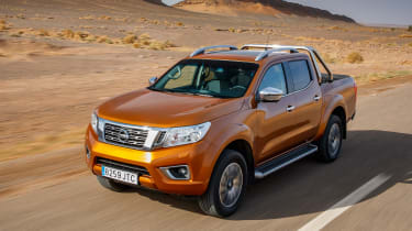 Nissan NP300 Navara pick-up dune - front tracking