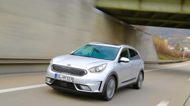 Kia Niro 2016 review - front tracking 3