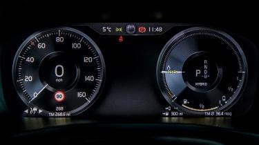 Volvo XC40 T5 Twin Engine - dials