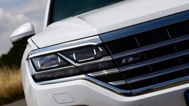 Volkswagen Touareg - front light