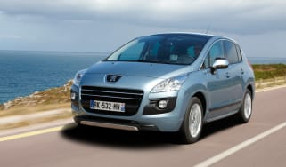 Peugeot 3008 HYbrid4 front tracking