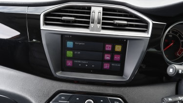 MG GS SUV 2016 - infotainment