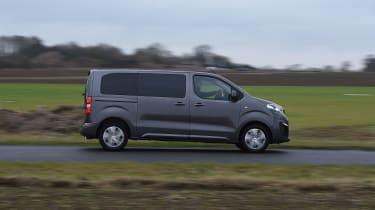 Peugeot Traveller 2017 - side tracking
