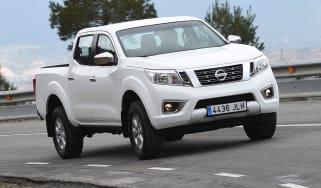 Nissan Navara Visia 2016 - crop front cornering