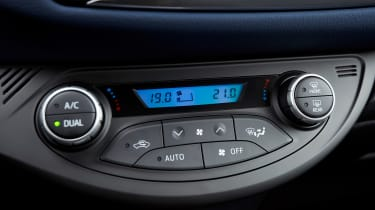 Toyota Yaris Hybrid Bi-Tone - centre console