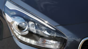 Kia Carens 2 1.7 CRDi headlight
