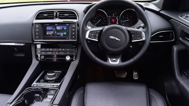 Jaguar F-Pace 3.0 V6D - dash