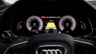 Audi Q7 60 TFSI e - dials