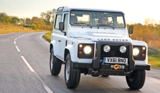 Land Rover Defender 2.2D XS front tracking