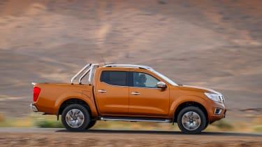 Nissan NP300 Navara pick-up dune - side tracking