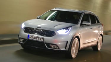 Kia Niro 2016 review - crop front tracking