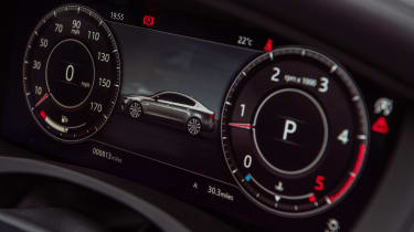 Jaguar XE P250 - dials