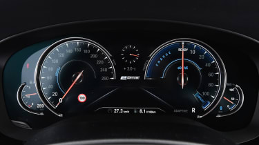 BMW 530e iPerformance - dials
