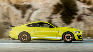 Ford Mustang Shelby GT500 - side tracking