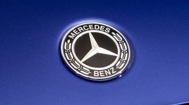 Mercedes GLB - studio Mercedes front badge