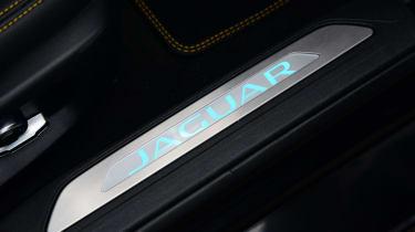 Jaguar XE 300 Sport - sill