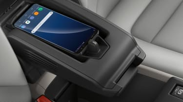 BMW i3 120Ah - phone charging