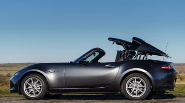 Mazda MX-5 RF 2017 1.5 UK - roof closing