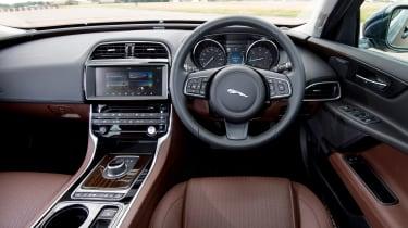 Jaguar XE AWD - dash